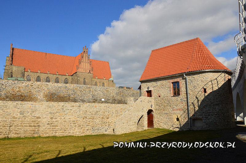 Strzegom - zrekonstruowana baszta w ciągu murów obronnych