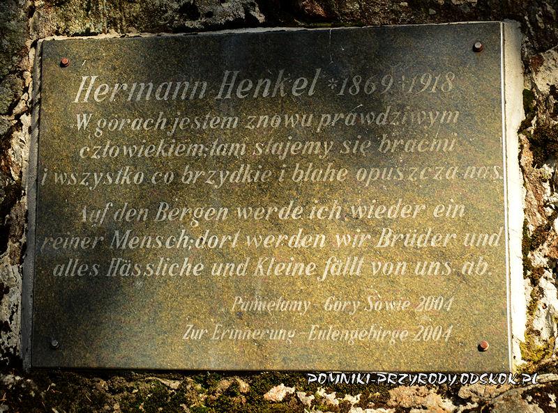 Niedźwiedzia Skała - tablica poświęcona Hermannowi Henkelowi