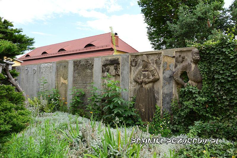 epitafia na ogrodzeniu kościoła w Przerzeczynie-Zdroju