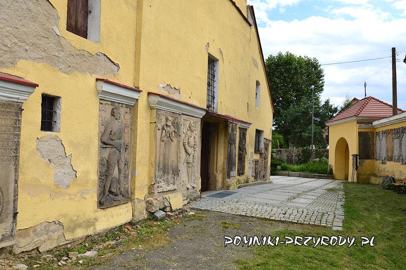 płyty nagrobne na elewacji zewnętrznej kościoła w Przerzeczynie-Zdroju
