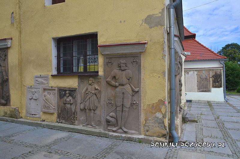 płyty nagrobne na murach kościoła w Przerzeczynie-Zdroju