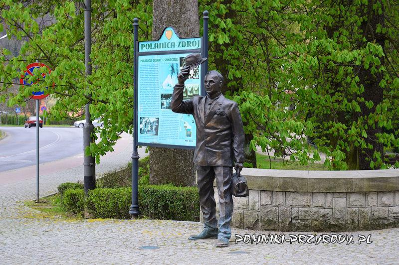figura Józefa Matuszewskiego na skraju parku